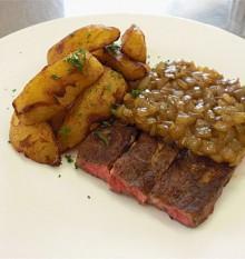 牛肩ロースのステーキとオニオンスタミナにんにくソース